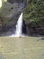 Водопад и плот, на котором мы прокатились