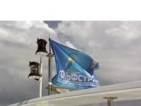 Гордо реет гольфстримовский флаг над кораблем...