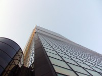 Вид на 63-х этажный небоскреб снизу