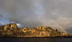 Радуга над островом ранним утром...