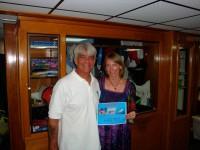 Капитан вручает Наташе сертификат о совершении 50-го дайва